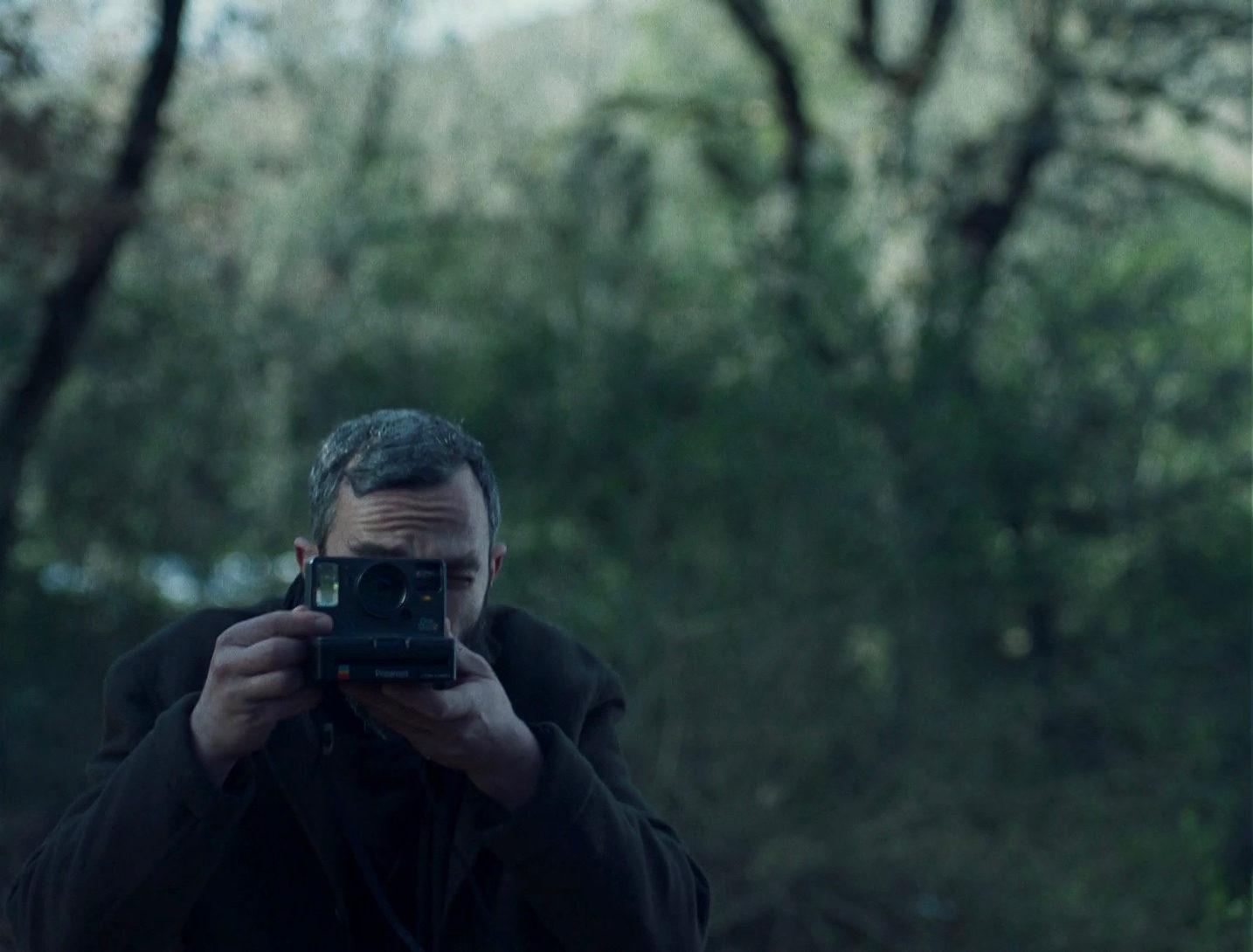 Комната как космос одиночества: «Яблоки» — фильм о пандемии в духе Йоргоса Лантимоса