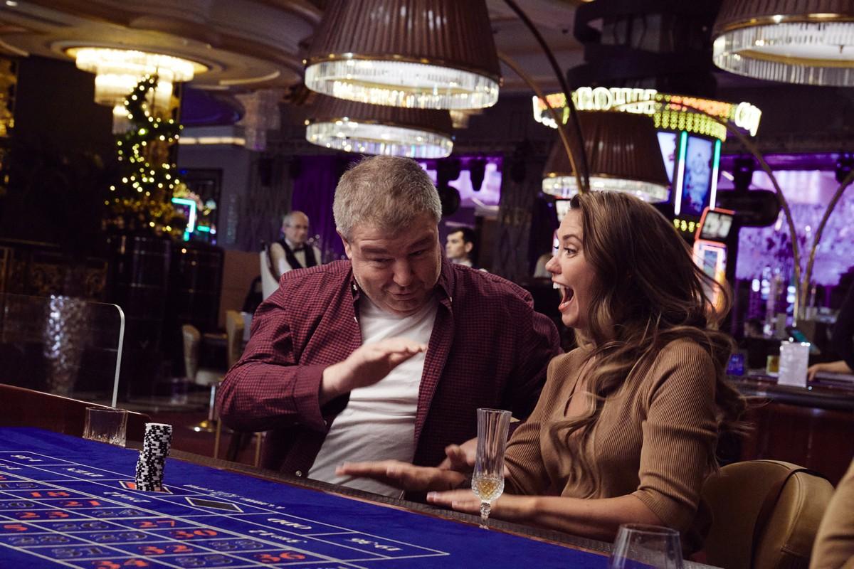 Агата Муцениеце делает Александра Робака звездой стендапа в трейлере комедии «Честный развод»